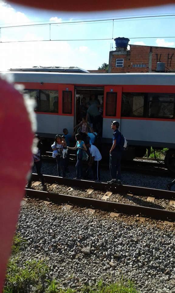Usuários descendo do trem que apresentou falha. Foto: Guilherme Majer