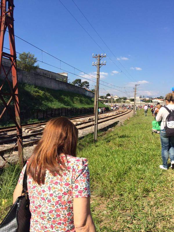 Usuários andando nos trilhos. Foto: Carolina Moreira