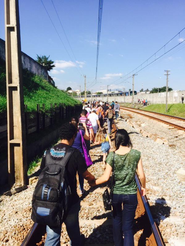 Usuários andando nos trilhos. Foto: José Antônio do Carmo