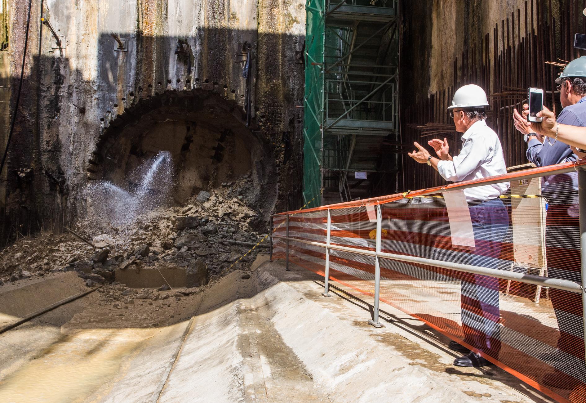"""Alckmin durante a chegada da tuneladora """"Lina"""" ao poço de serviço Bandeirantes ( Foto: A2img/Eduardo Saraiva)"""