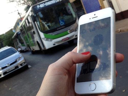 Resultado de imagem para passageiro usando celular em onibus