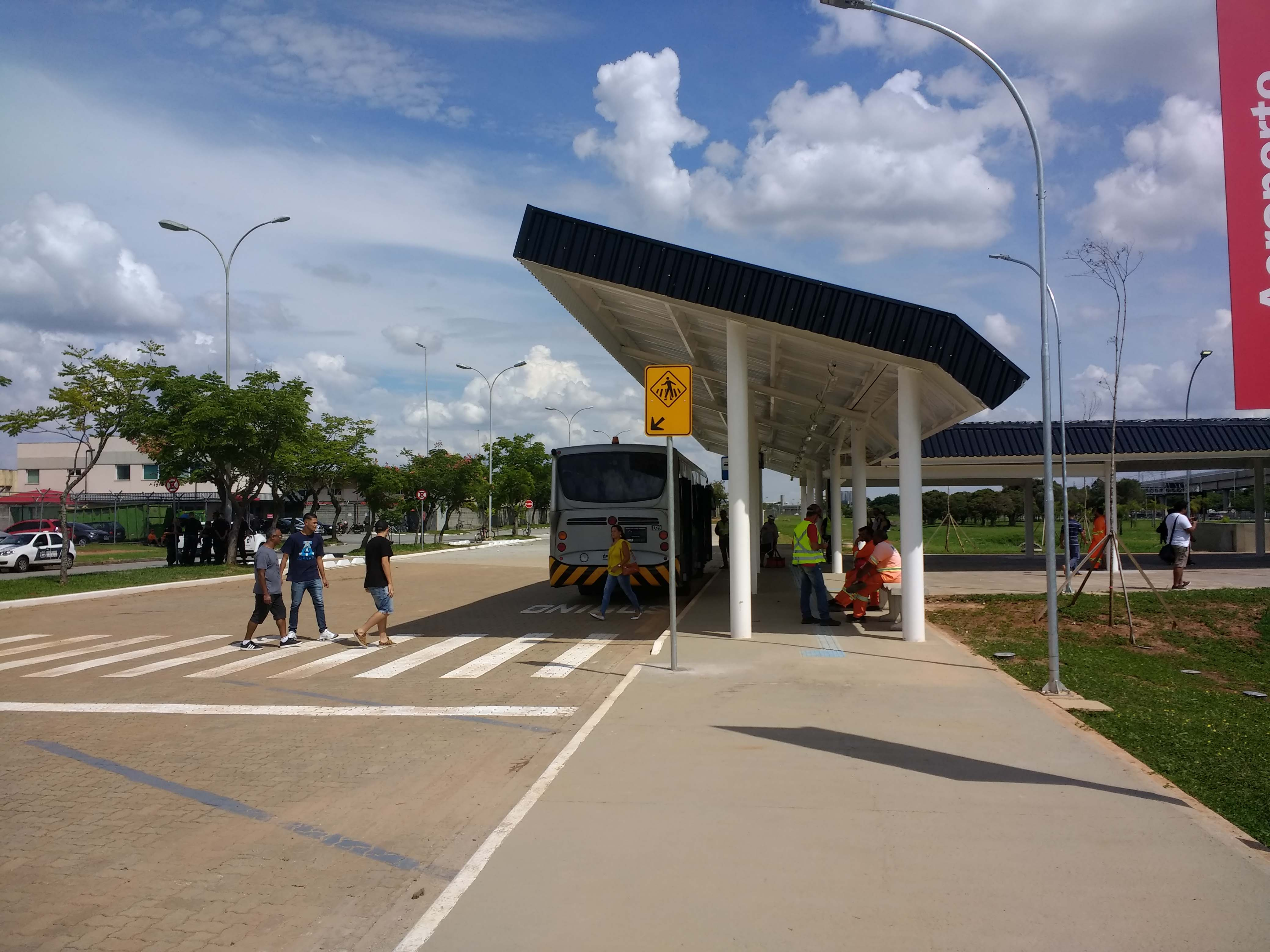 ponto de ônibus da concessionária GRU
