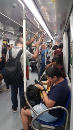 passageiros no trem linha 15