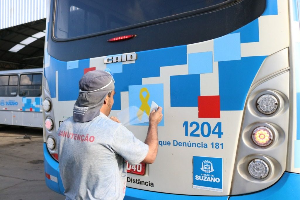 Ônibus com adesivo Maio Amarelo