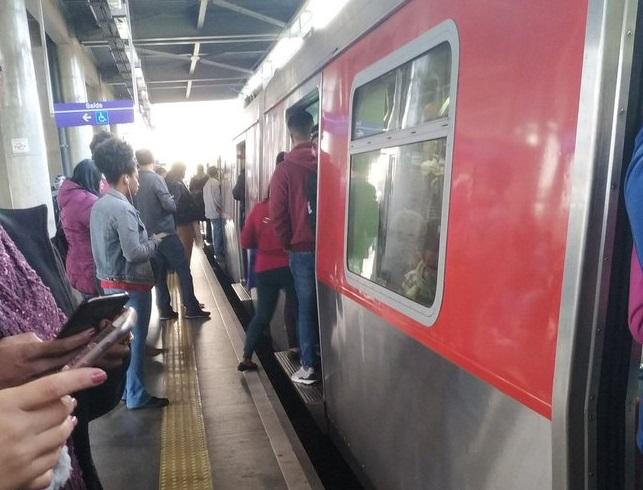 Trem parado na Linha 12-Safira