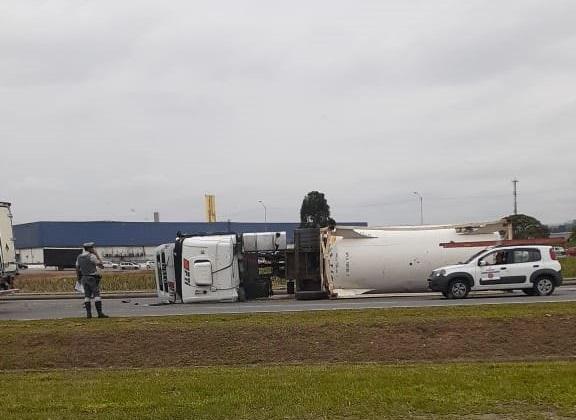 Caminhão tombado na rodovia Ayrton Senna