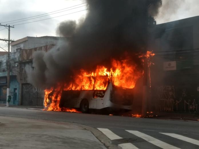 Ônibus pega fogo Avenida Sapopemba