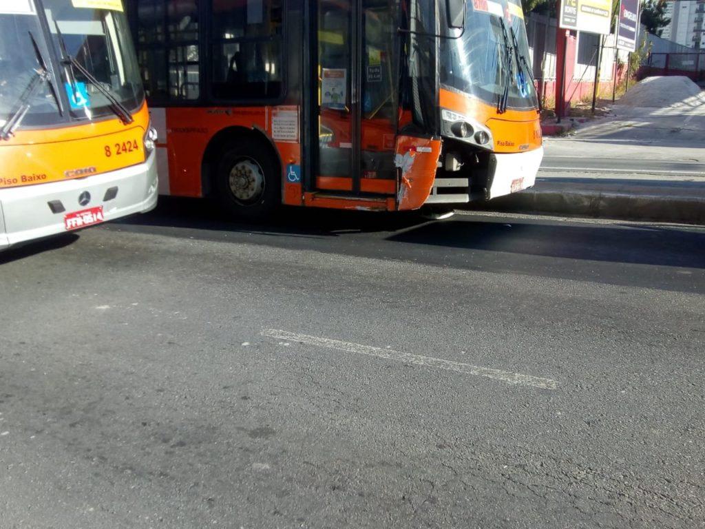 Ônibus danificado na frente