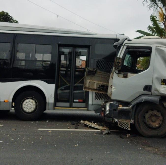 Avenida Jacu-Pêssego Colisão Caminhão Ônibus