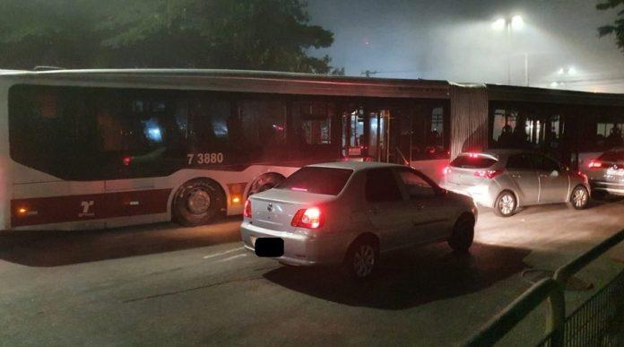 Ônibus atravessado