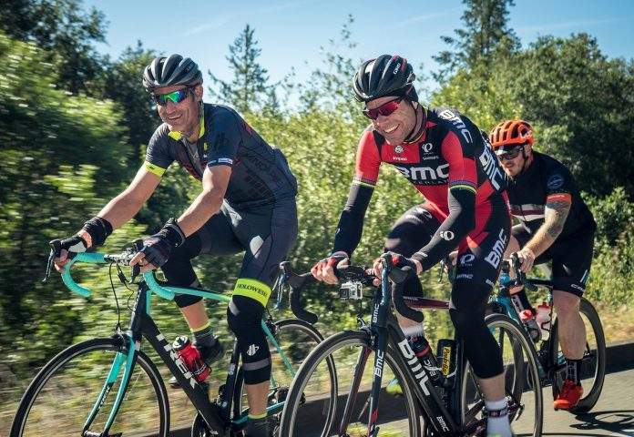 Ciclistas pedalando